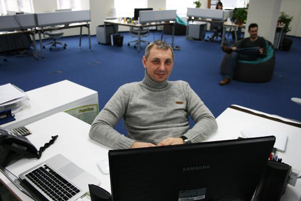 Сейлз-менеджер с Macbook