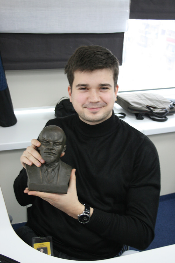 Улыбается с Лениным