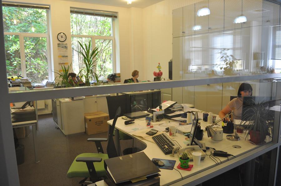 в дизайне каждого из двухсот офисов фигурирует рукописный текст