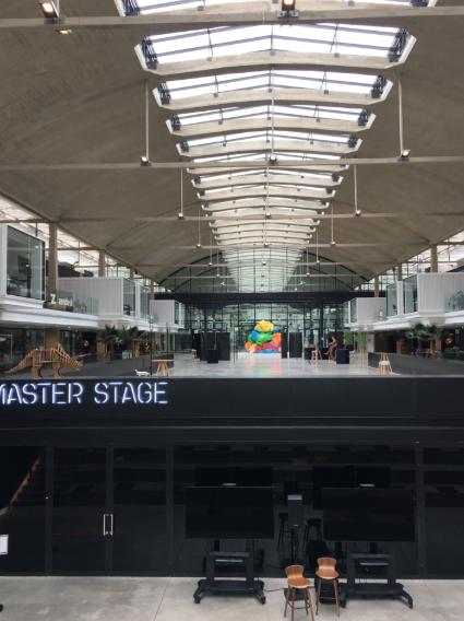 master stage — подземный конференц-зал на 350 мест